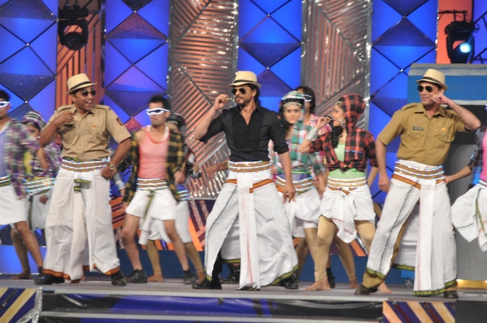 rrfblitol8sr7byx.D.0.SRK-performing-lungi-dance-with-Mumbai-Police-cops-at-UMANG-2014-event-for-Mumbai-Police-Entertainment--1-